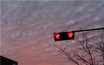 闖紅燈怎么判定,如何處罰