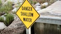 未经许可进入高度危险活动区受到损害,由谁承担侵权责任