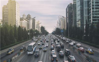公共道路堆放物品致人损害,谁来担责