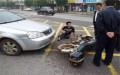 无证摩托车与汽车相撞应该怎么判罚